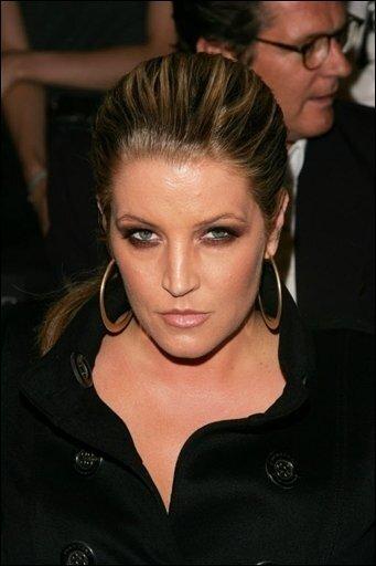 """US-Pop-Legende Michael Jackson hat nach den Worten seiner Ex-Frau Lisa Marie Presley in der Angst gelebt, er könnte wie ihr Vater Elvis Presley jung eines plötzlichen Todes sterben. """"Ich fürchte, dass ich enden werde wie er"""", habe Michael vor Jahren in einem längeren Gespräch über das Leben zu ihr gesagt, schrieb Lisa Marie Presley in einem Blog auf ihrer Seite des Online-Netzwerks MySpace. (Archivfoto)"""