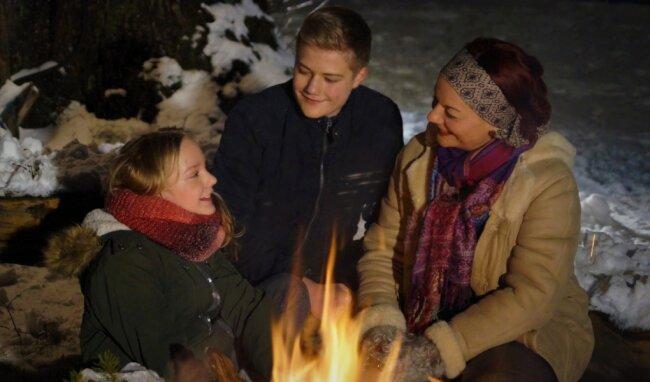 """Annett Illig mit ihren Kindern Marie und Henri. Beide wollen neben der Sopranistin und vielen weiteren Beteiligten beim neuen Weihnachtsprogramm """"Weihnachten im Gebirg"""" mitwirken."""