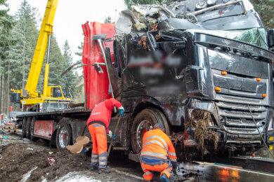 Auf der winterglatten S 260 ist am Montagmorgen ein Lastwagen verunglückt.