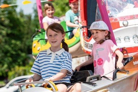 Kurz nachdem am Samstag gegen 14 Uhr der Rummel auf der Bleiche eröffnete, strömten die Besucher auf das Areal. Fahrgeschäfte wie etwa das Kinderkarussell entwickelten sich zu Magneten. Auch Charlotte (links) und Elisabeth aus Leipzig hatten damit ihren Spaß.