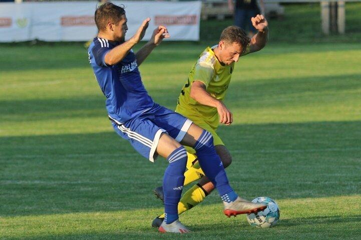 Der Zwickauer Colin Ullmann (l.), einst Stürmer, muss beim VfB Empor Glauchau auch wichtige Defensivarbeit verrichten.