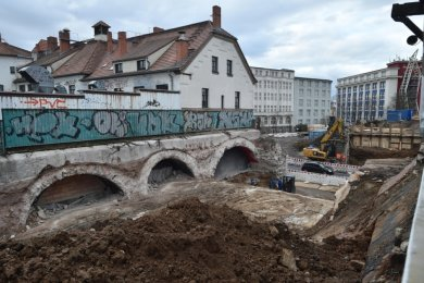 Ein Schwerpunkt der Arbeiten am Chemnitzer Bahnbogen ist momentan der Südbahnhof in Bernsdorf. Der Bahnsteig mit den Gleisen wurde entfernt. Nächtliche Arbeiten wird es entlang der Bahnstrecke noch bis zum März geben, hat die Bahn angekündigt.