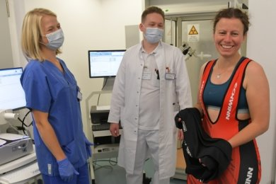 Kristin Krumbiegel (r.) ist Probandin in der Post-Covid-Studie der Mediziner Danny Wypior (Mitte) und Andreas Fichtner (nicht im Bild).