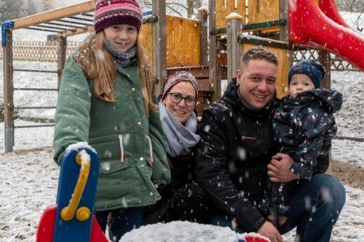 Kristin und Alex Quaas waren mit Sofia und Ole auch bei Schneefall auf dem Spielplatz in Niedersteinbach unterwegs.