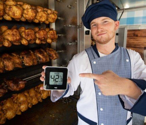 42,3 Grad: Zwischen Hähnchengrill und Plexiglasscheibe geht es zu wie in einem Backofen. Lukas Valentik nimmt's gelassen.