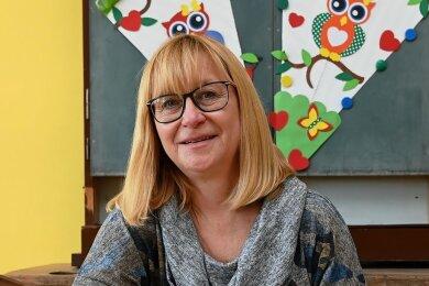 Schulleiterin Anka Hausmann lernte einst selbst an einer solchen, heute historischen Schulbank. Jetzt hat sie hier Material zur Schulgeschichte gestapelt.