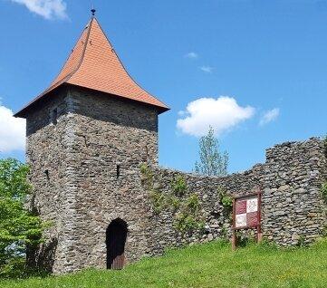 Auf einem Sporn über Wiedersberg stehen seit 800 Jahren die Ruinen einer Höhenburg. Außer dem Turm sind es meist nur Mauerreste, die den früheren Innenhof umschließen.