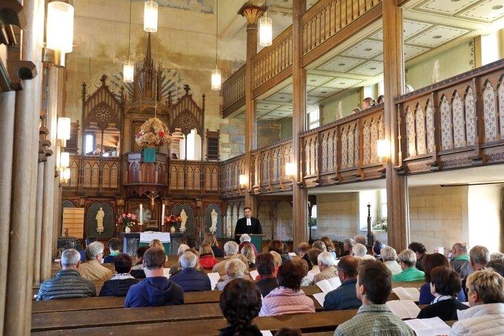 Mit dem Festgottesdienst wurde die Sanierung des Kirchturms der Allerheiligenkirche abgeschlossen. Etwa 60 Gäste lauschten den Worten von Pfarrer Sören Lange.