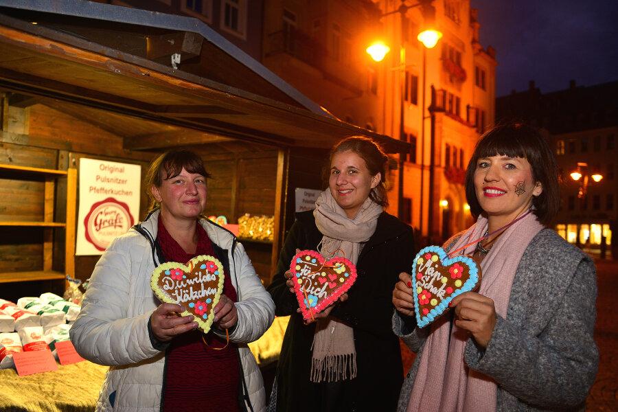 Jana Rieper, ihre Tochter Vanessa sowie Gewerbering-Chefin Uta Silling mit Lebkuchenherzen (v.l.) bei der Einkaufsnacht in Mittweida.