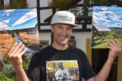 Rico Weißbach aus Thalheim arbeitet als Tankwart in Annaberg-Buchholz. Der 46-Jährige plant, die Region unter verschiedensten Gesichtspunkten in einem Bildband vorzustellen. In Eigenregie hat er zunächst eine Probeausgabe vorbereitet, die derzeit zwei Bücher füllt.