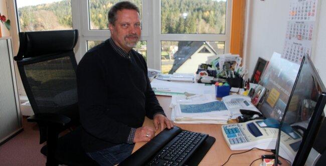 Joachim Böhm an seinem Schreibtisch in der Herr-Berge, den er räumt. Er freut sich ab Januar auf eine verstärkte ehrenamtliche Mitarbeit in der Notfallseelsorge und auf mehr Zeit für die vier Enkelkinder.