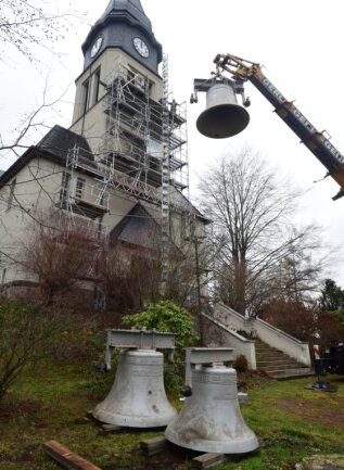 Mit einem Kran wurden am Mittwoch die Glocken aus dem Turm der Kreuzkirche genommen. Nun wird ein neuer Glockenstuhl gebaut.