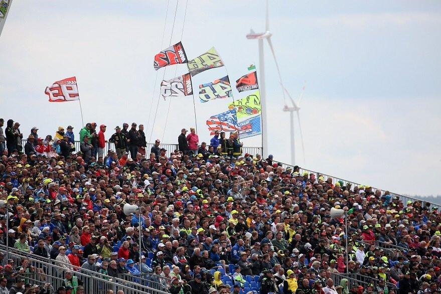 Der Sachsenring am Sonntag: Die Zuschauer verfolgen die Rennen.