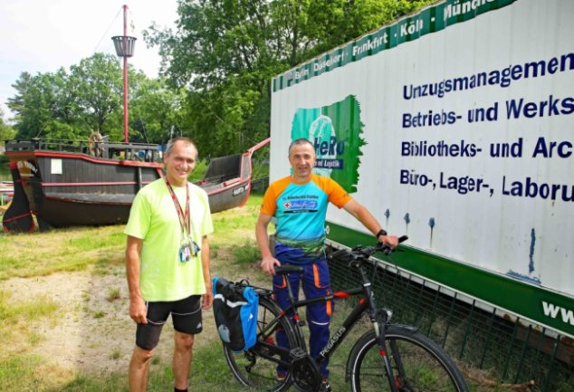 Ronny Enke (r.) und Andreas Osse vom Interessenverband Koberbachtalsperre vor dem Container, aus dem eine Fahrradausleihstation gemacht werden soll.