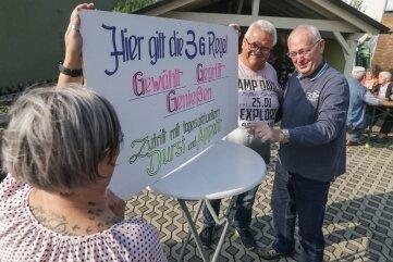 Vor dem Wahllokal in Braunsdorf gab es Bratwurst, im Bild Petra Dähnert, Ortsvorsteher Holger Maywirth und Gunter Lämmel (v.l.).