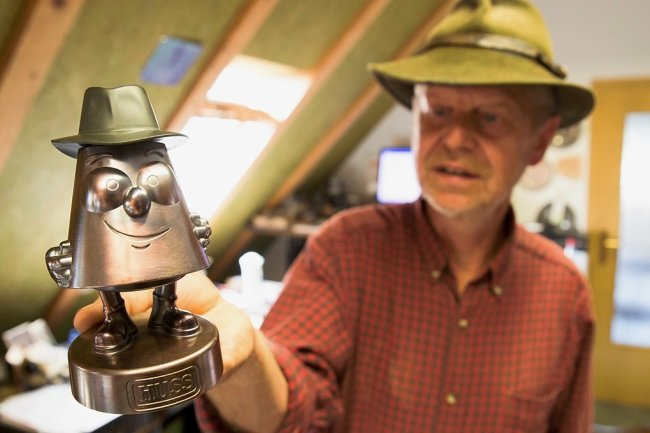 Das Stubm-Karzl und sein Erfinder: Jürgen Huss bringt die Zeichentrickfigur, die auch räuchern kann, auf den Markt.