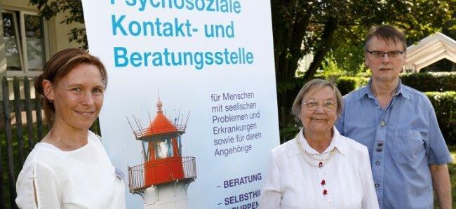 Susanne Fischer (l.), die Leiterin der Psychosozialen Kontakt- und Beratungsstelle in Glauchau, mit Gudrun Schneider und Matthias Lory.