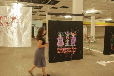 """Stickereien der Hamburger Künstlerin Andrea Ziegler sind unter dem Titel """"Auf der Grenze"""" in der ehemaligen Kaufhalle an der Walter-Ranft-Straße zu sehen."""