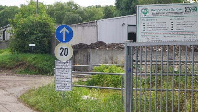 Anwohner fordern, dass das Kompostwerk geschlossen wird, damit sie endlich Ruhe vor der Fliegenplage haben. Das steht aber nicht zur Debatte. Der Betreiber will es sogar erweitern.