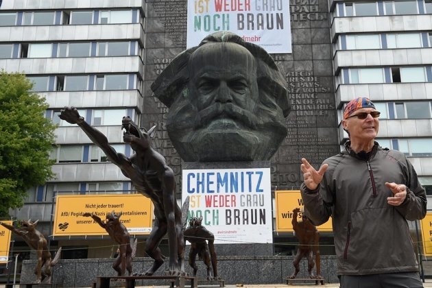 Für einen Tag war Rainer Opolka, Künstler aus Brandenburg, mit seinen Wolfsfiguren am Marx-Monument zu Gast. Wie zuvor schon in Dresden, Berlin und München wurde die Installation zum Austragungsort engagierter Diskussionen - über Hass und Hetze und das, was daraus erwachsen kann.