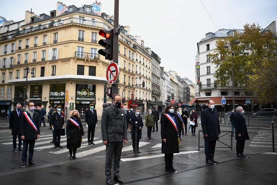 """Die Pariser Bürgermeisterin Anne Hidalgo (vorn 2. v. l) und der französische Premierminister Jean Castex (2. v. r) ehren in Saint-Denis vor der Café-Bar """"La Bonne Biere"""" während der Gedenkfeier zum fünften Jahrestag der Terroranschläge vom November 2015, bei denen 131 Menschen getötet wurden."""