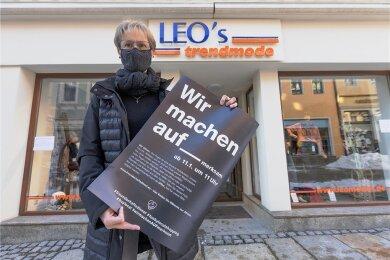 Beate Lindner hat am Montag vor ihrem Geschäft mit aufmerksam gemacht auf die prekäre Situation der Einzelhändler in der Stadt.