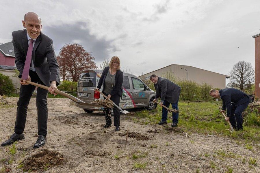Mit dem symbolischen ersten Spatenstich hat der Bau einer neuen Oberschule in Geyer im Auftrag des Instituts für Ausbildung Jugendlicher begonnen. Im Bild: die Geschäftsführer Udo Böhme (l.), Madeleine Schlosser und Kay Melzer (r.) sowie Bürgermeister Harald Wendler (2. v. r.).