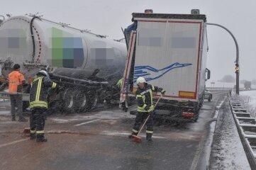 Feuerwehrleute beseitigten Betriebsstoffe.