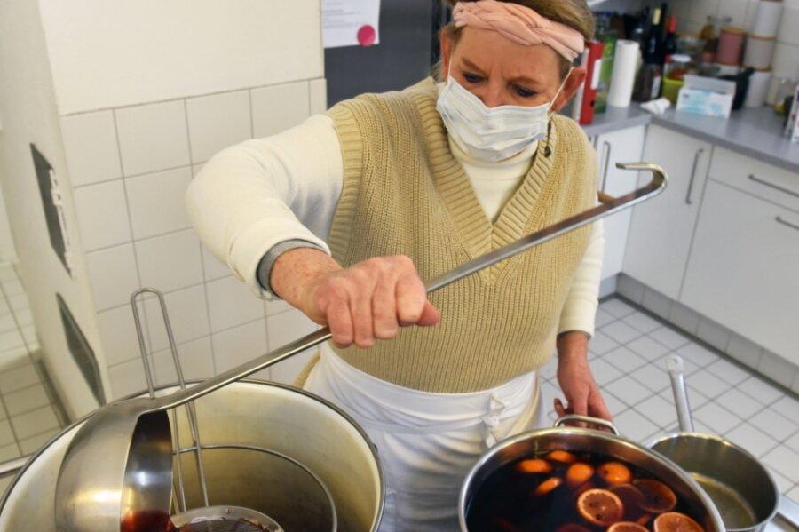 Im Hof des Werk- und Studienzentrums Hennersdorf hat Susie Benz eine Marktbude zur Ausgabe eines Imbissangebots aufgebaut. Das Speise- und Getränkeangebot bereitet sie in ihrer Profiküche vor. Dazu zählen auch aromatische Getränke ohne Alkohol, hier wird Punsch zubereitet.