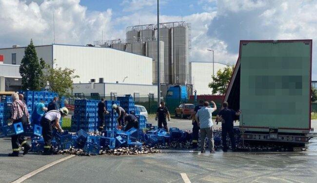 Von den 12.000 Flaschen Bier gingen etwa 640 zu Bruch. Der Gesamtschaden liegt dennoch bei 10.000 Euro.
