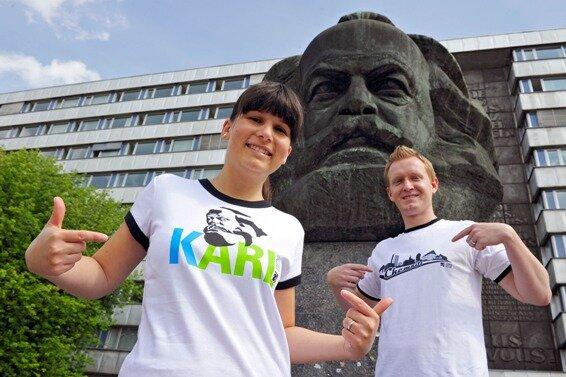 Bettina Hofmann und Christian Kasche stellten am Donnerstag die neuen Chemnitz-T-Shirts vor.