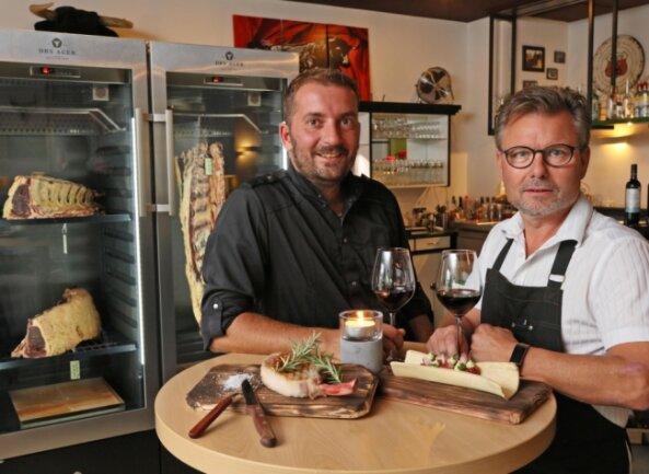 """Koch Sascha Ludwig (links) und Mike Fischer, der Betreiber des """"El Rancho"""" im Achat-Hotel in Zwickau, arbeiten seit ein paar Monaten erfolgreich zusammen."""