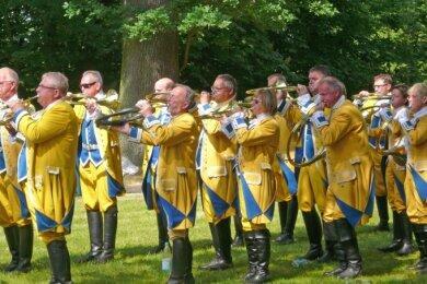 Die Tauchaer Parforcehornbläser werden beim Waldfest am Wochenende in Blockhausen auftreten.