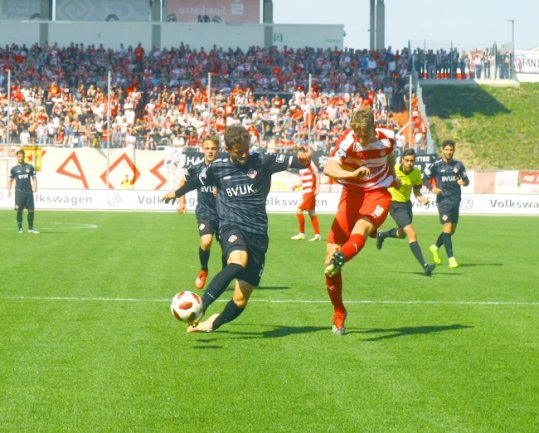 Lion Lauberbach (r.) traf in der ersten Halbzeit nur den Pfosten, kurz vor Schluss machte er das 2:0 für den FSV Zwickau.