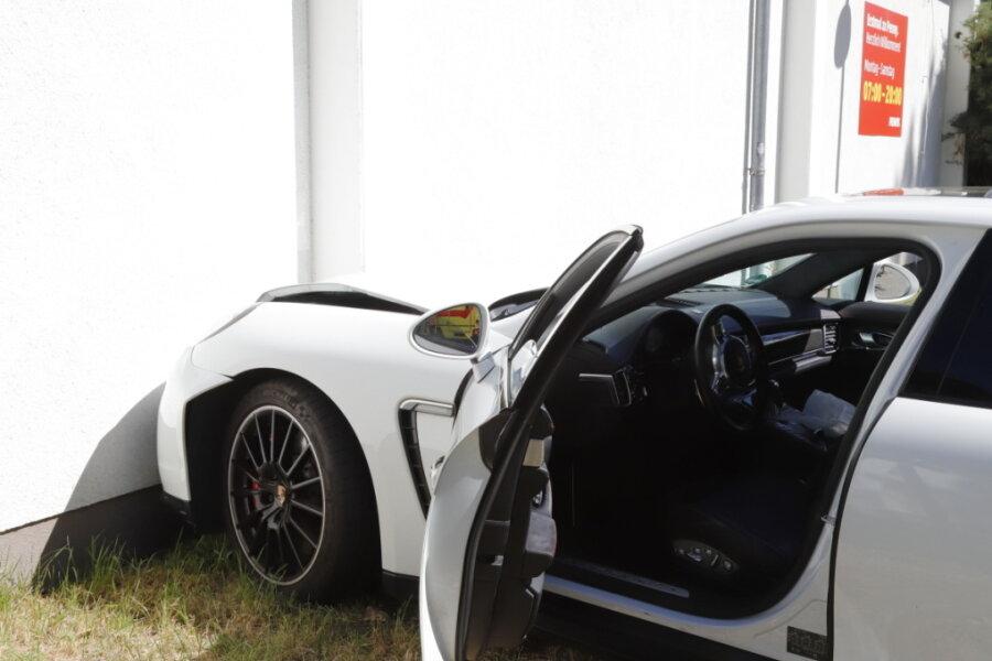 Ein Porsche ist gegen die Wand eines Penny-Marktes geprallt.