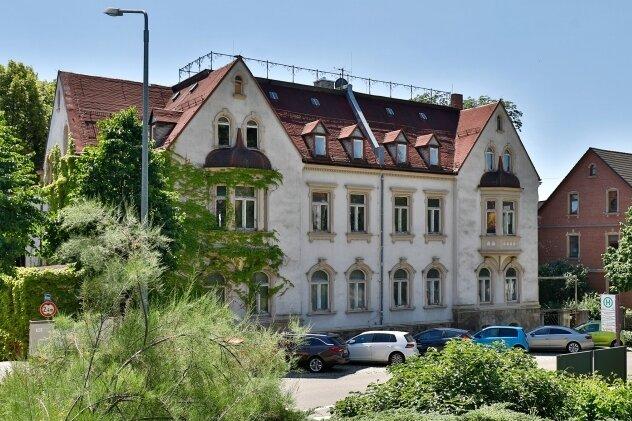 """Der Eigentümer der ehemaligen Kommandantur der Sowjetarmee nahe des Seniorenheims """"Parkresidenz"""" in Hohenstein-Ernstthal prüft die Gebäude auf eine mögliche Nutzung."""