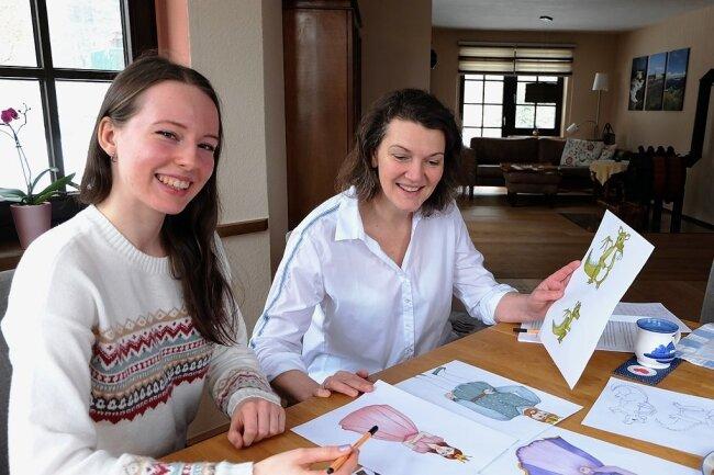 Die Dorfchemnitzer Tagesmutter Silke Bauer-Hollenbach (rechts) hat das vergangene Jahr genutzt, um ihre Kindertheaterstücke in Geschichten umzuschreiben. Psychologiestudentin Annika Kaufmann aus Stollberg will die Märchen illustrieren und hat dafür bereits Figuren gezeichnet.
