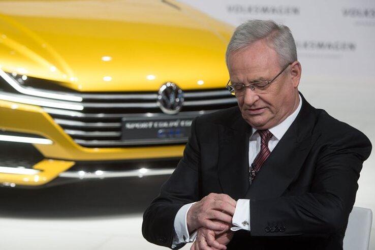 Wann wird Volkswagen seinen Erzrivalen Toyota überholen? Volkswagen-Chef Martin Winterkorn schaut schon mal auf die Uhr.