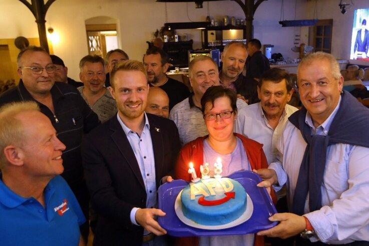 AfD-Kandidat Mike Moncsek feierte mit Freunden und Anhängern in der Uhlig-Mühle bei Oberlungwitz. Der 57-Jährige gewann im Wahlkreis das Direktmandat - nachdem es 19 Jahre lang CDU-Mann Marco Wanderwitz geholt hatte.