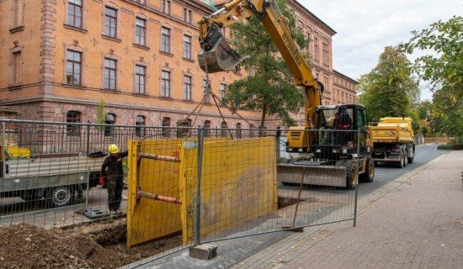 Mitarbeiter der Firma Bauunternehmung Jung aus Erlau haben am Montag mit den Bauarbeiten in der Rochlitzer Seminarstraße begonnen. Hier hatte sich die Straße gesenkt.