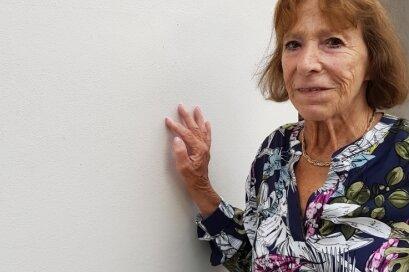 Rosemarie Schmidt-Kluge, 85, an der Gedenktafel am Oelsnitzer Pfarrhaus. Luise Horn war ihre Tante, die sie zu sich nahm, als ihre Mutter nach Theresienstadt deportiert wurde.