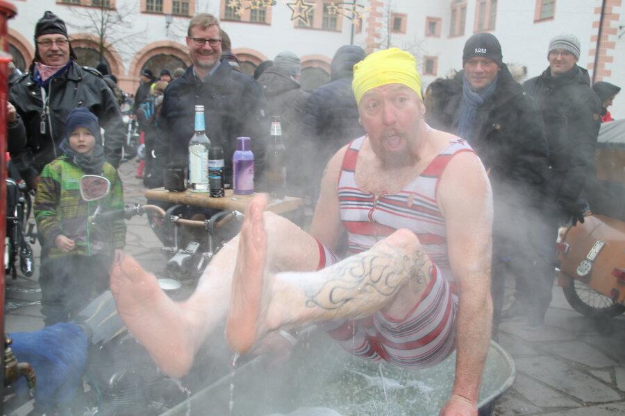 Einige Teilnehmer reisten in ungewöhnlichen Gefährten an. Stammgast Oliver Herrmann aus Rübenau nahm sein jährliches Bad in einem zur Badewanne umgebauten Beiwagen.