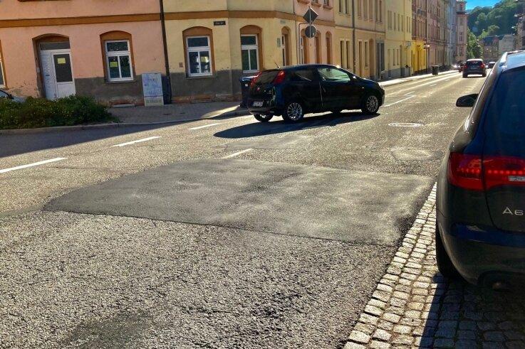 Flickwerk: Die Winterschäden auf der Wettinerstraße im Bereich zwischen dem früherem Landratsamt und dem ehemaligen Halbzeugwerk sind inzwischen ausgebessert. 2022 soll die Deckensanierung folgen.