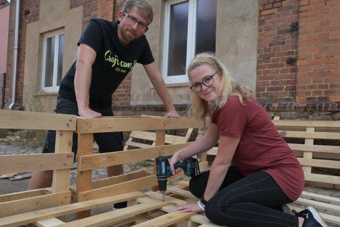Fabian Dietrich, einer der Workshop-Leiter (l.) mit Susann Beyer aus Stollberg, die sich aus Paletten Gartenmöbel gebaut hat.