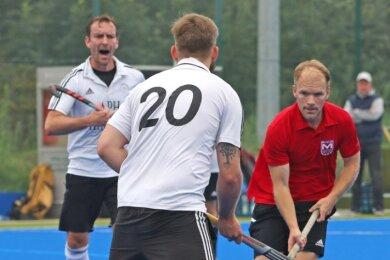 """""""Das ist jetzt der Nonplusultra-Platz."""" Trotz der 0:2-Niederlage vom vergangenen Samstag im Test gegen Osternienburg schwärmt Dirk Lange (r.) vom frisch sanierten Hockeyfeld."""