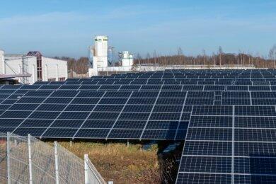 Blick auf einen Teil des neu gebauten Solarparks im Peniger Gewerbegebiet Wernsdorf. Das Sonnenkraftwerk unweit der Rettungswache wurde in diesem Jahr fertiggestellt.
