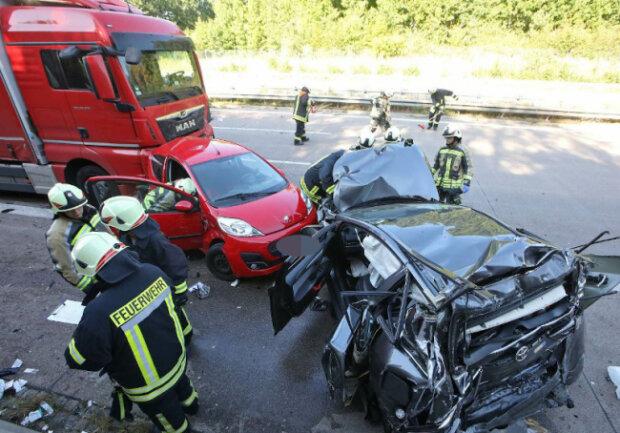 Bei einem Unfall am Donnerstagnachmittag auf der Autobahn 4 bei Hohenstein-Ernstthal sind nach ersten Informationen der Polizei mehrere Menschen verletzt worden.