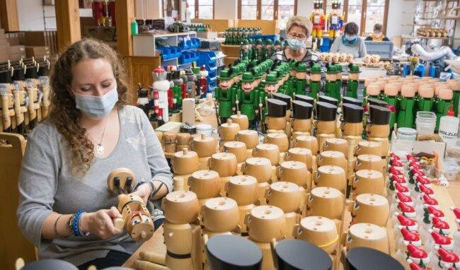 Sina Clement und ihre Kolleginnen Monika Hermann, Marion Wendt und Annett Werner (v. l.) montieren in der Genossenschaft Seiffener Volkskunst aktuell Nussknacker.