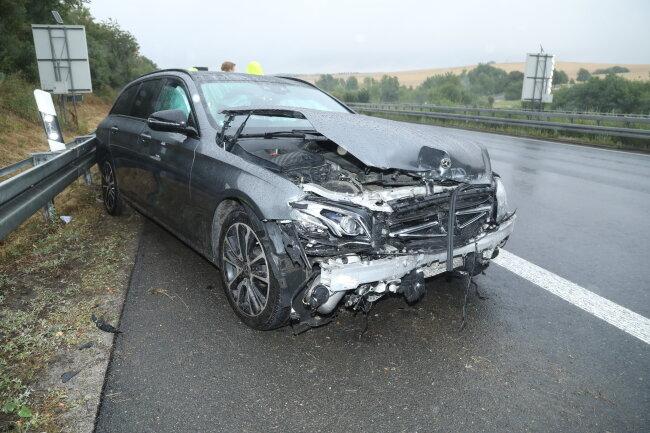 Ein Mercedes wurde bei einem Unfall auf der A 4 erheblich beschädigt.
