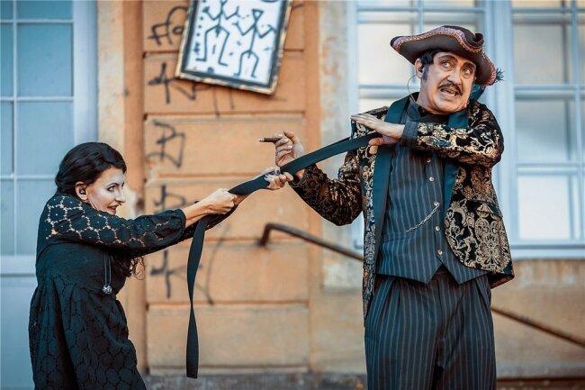 Meinungsverschiedenheiten zwischen Wednesday (Susanna Mucha) und ihrem Vater Gomez Addams (Bert Callenbach)...